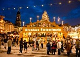 Der begehbare erzgebirgische Schwibbogen bildet das Eingangstor zum 567. Dresdner Striezelmarkt. Auf der Striezelmarkt-Rallye ein perfektes Fotomotiv.