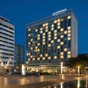 Das Hotel Pullman Newa Dresden von außen bei Nacht