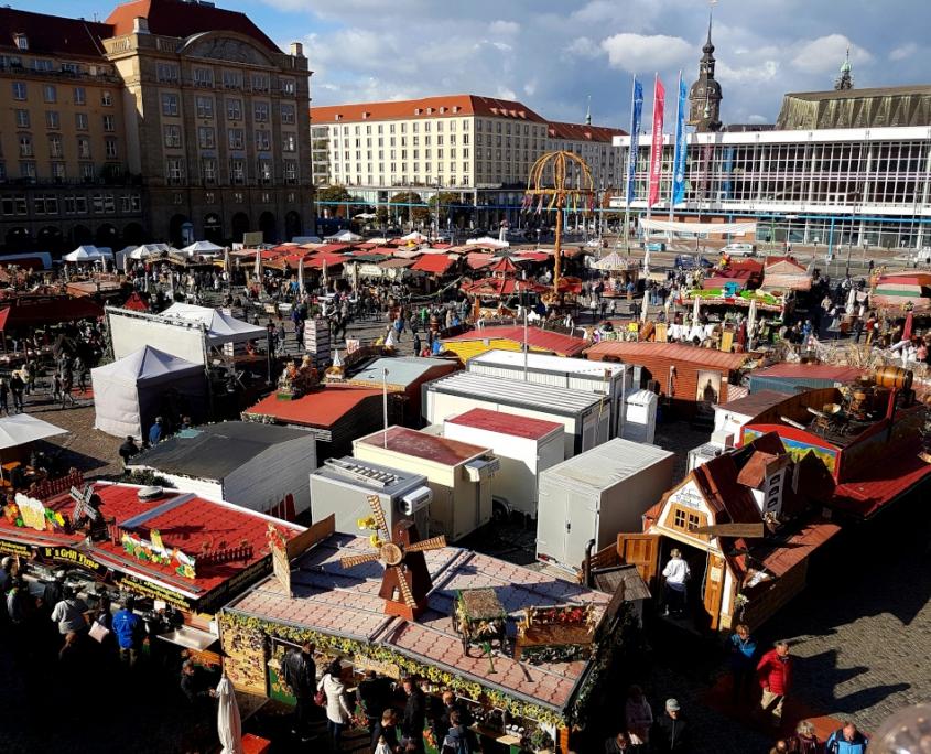Dresdner Altmarkt während des Herbstmarktes. Belebter Markt von oben, fotografiert aus dem Riesenrad in Richtung Kulturpalast. Am unteren Bildrand das Mühlenstübchen mit der großen Mühle auf dem Dach.