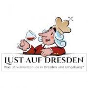 """Das Logo zeigt einen gezeichneten König, der ein Glas Rotwein trinkt. Er trägt eine Krone über seinem langen weißen Haar. Eine übertriebene spitze lange Nase, geschlossene Augen und ein lachender Mund füllen das Gesicht. Er lehnt auf dem Schriftzug: """"Lust auf Dresden - Was ist kulinarisch los in Dresden und Umgebung"""""""